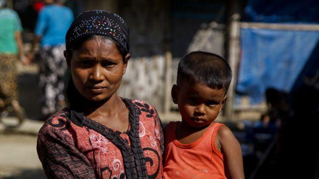 Mujer de la minoría rohingya con su bebé en brazos