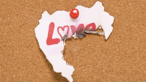 Un papel con la palabra Love escrita
