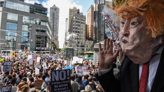 Máscara de Trump em meio a protesto nos EUA