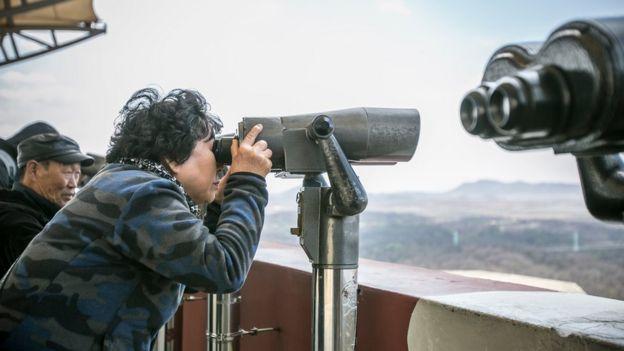 Turistas visitam observatório em zona desmilitarizada entre Coreia do Norte e do Sul