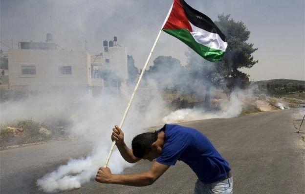 Palestino segra bandeira em Nabi Saleh