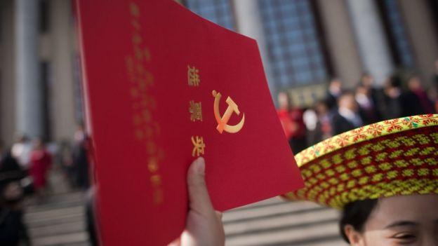 章立凡指出,習近平的新時代中國特色社會主義思想寫入黨章後,其絶對權威會使官員