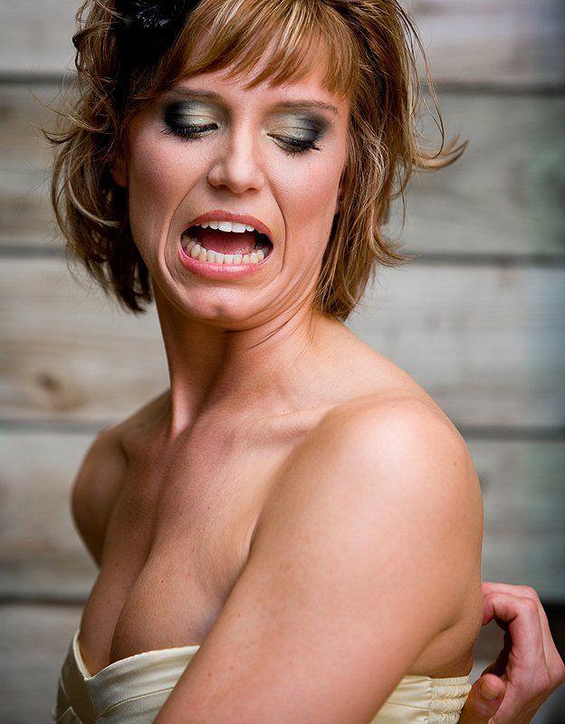 Mujer tratando de rascarse la espalda.
