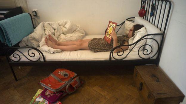 Niña en la cama