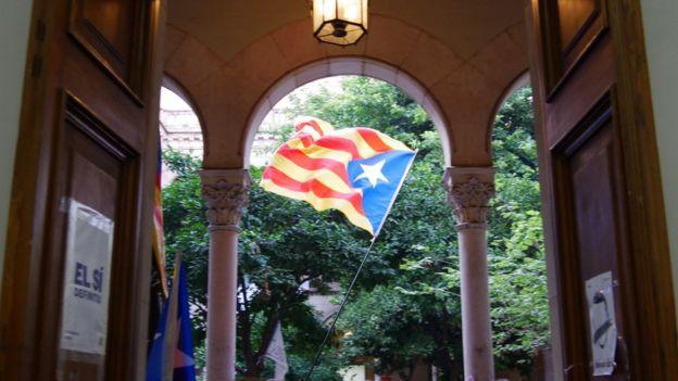 Katalan bayrağı dalgalanırken