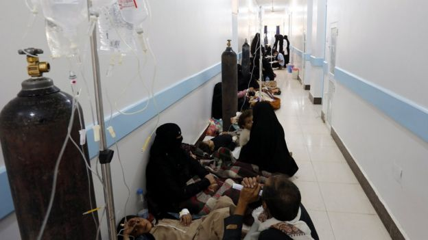 Cholera-infected Yemenis receive treatment at a hospital in Sanaa (8 May 2017)