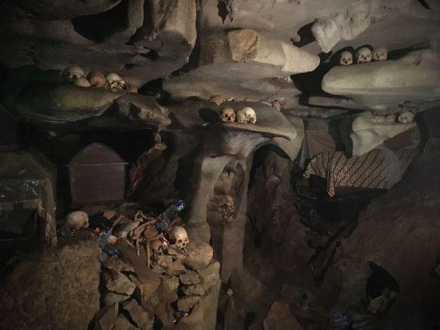 Cueva con cráneos y otros restos