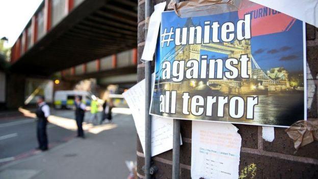 """Letrero que dice """"unidos contra el terror""""."""