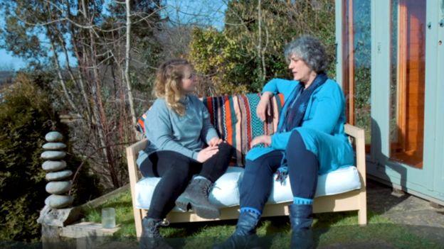 La psicoterapeuta Cate hablando con la periodista India Rakusen, de la serie de la BBC Like Minds.
