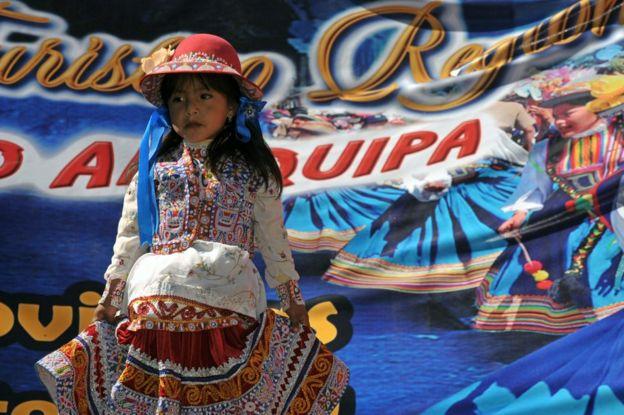 Una niña vestida con traje tradicional en Arequipa, Perú, el 1 de agosto de 2010.