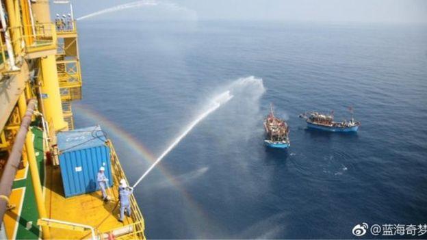DWNews hôm 7/6/2017 đăng bài và ảnh nói các tàu cá Việt Nam 'quấy nhiễu giàn khoan' Trung Quốc, nhưng không nêu rõ thời gian và địa điểm xảy ra các hoạt động 'quấy nhiễu' này