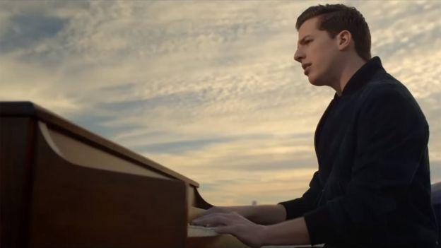 Charlie Puth en el video.