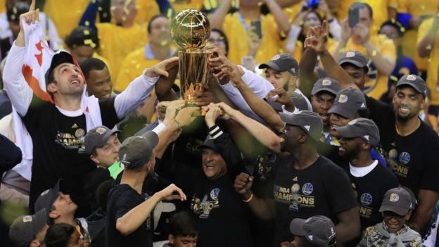 Jugadores de los Golden State Warriors celebran un campeonato