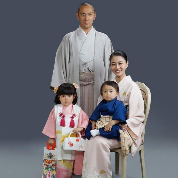 家族写真を撮る小林麻央