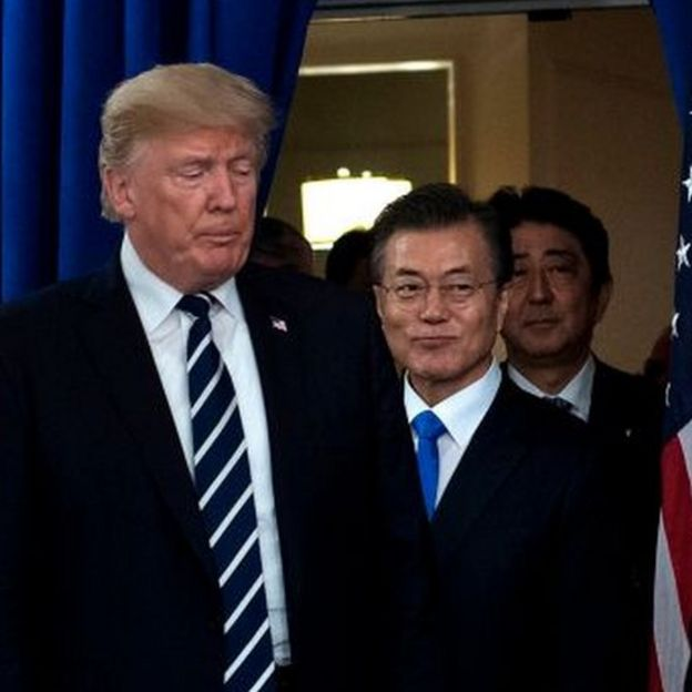 Donald Trump, Moon Jae-In y Shinzo Abe.
