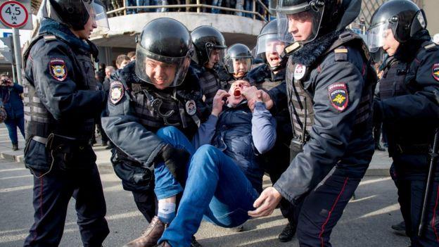 Задержание участника антикоррупционного митинга в Москве в марте 2016 года