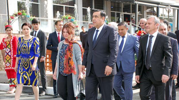 عبدالجبار رحمان زاده، مشاور رئیس جمهوری تاجیکستان (وسط) به همراه نوه های صدرالدین عینی (در طرف راست و چپ)