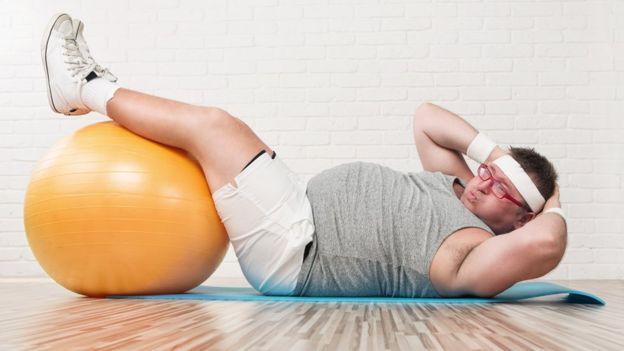 Persona haciendo abdominales