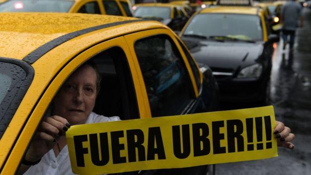 Una taxista protesta por la actividad de Uber en Buenos Aires