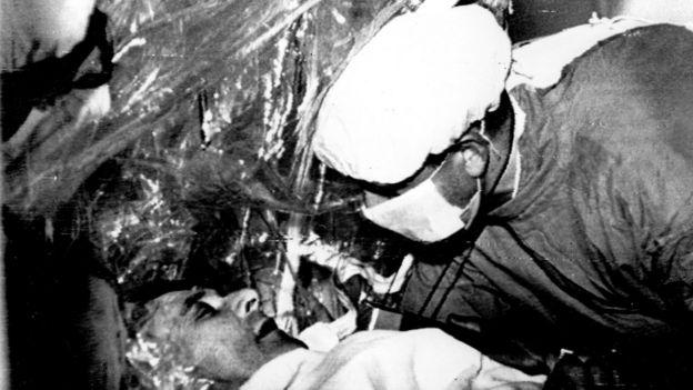Barnard examina a su paciente