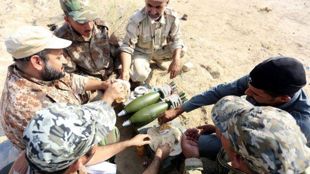 Milicianos chiitas descansan de unos ejercicios militares realizados cerca de Tal Afar.