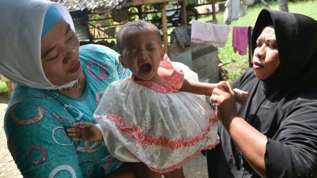 Criança chorando na Indonésia