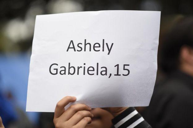 Cartel con el nombre de una de las 40 niñas muertas en el incendio que se registró el 8 de marzo en el Hogar Seguro Virgen de la Asunción de Guatemala.