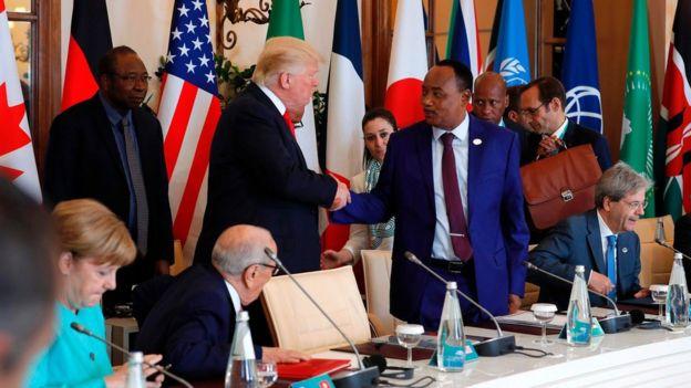 US President Donald Trump and Niger's President Mahamadou Issoufou (C-R) shake hands