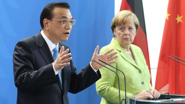 Angela Merkel con el primer ministro chino, Li Keqiang, quien da un discurso.
