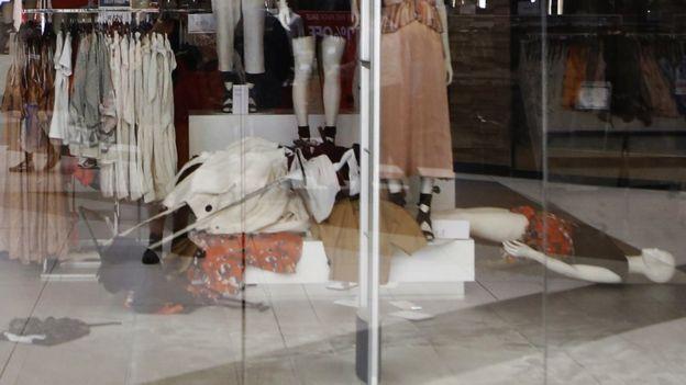 H&M店内衣服被推倒