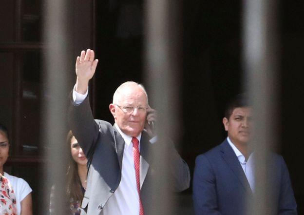 Tras menos de dos años en el poder, Kuczynski se enfrenta a la disyuntiva de renunciar a su cargo el miércoles o ser vacado (destituido) por el Congreso peruano.