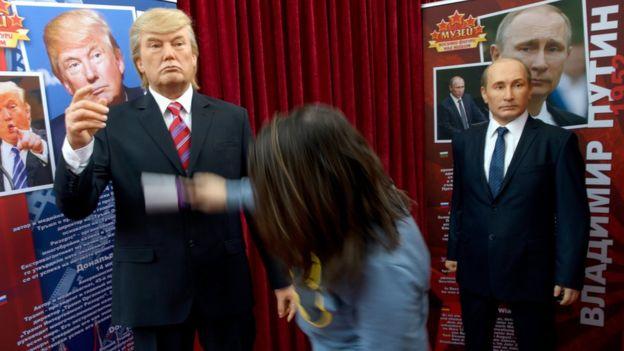 Figuras de cera de Trump y Putin en una exposición en Bulgaria.