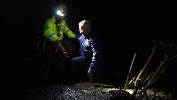 Rescate de una persona bloqueada por el aluvión de barro