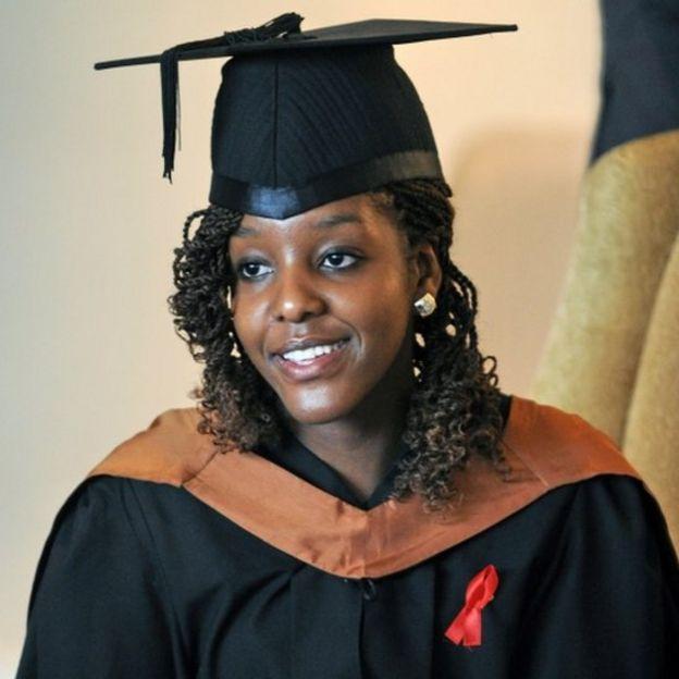 2013年11月16日,波娜·穆加貝從新加坡管理與發展學院-威爾士大學畢業,獲得管理學碩士學位,專業是銀行和金融