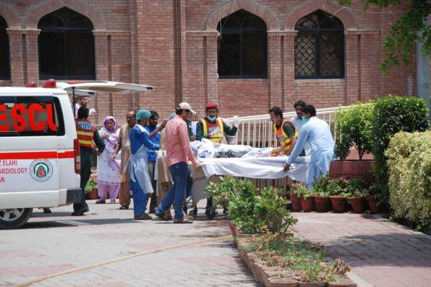 Víctimas de la explosión del camión siendo llevadas al hospital Nishtar de Multán, en el sur de Punyab.