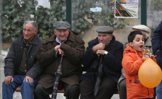 Ancianos sentados en la plaza Falcone e Borsellino en Corleone, un pueblo de Sicilia, Italia, el 22 de diciembre de 2007. (Foto: Marcelo Patternostro)