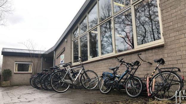 Parte de fora da escola holandesa Guus Kieft