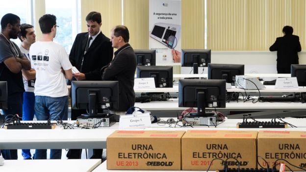 Tribunal Superior Eleitoral faz teste público de segurança do sistema eletrônico de votação, em Brasília, em março de 2016