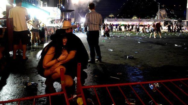 枪击事件发生后,人群四处躲藏。
