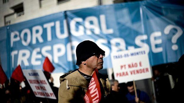 Manifestante en Portugal.
