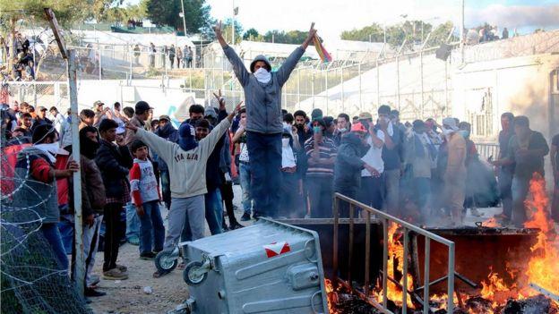 V Řecku vypukly nepokoje: Uprchlíci se brání deportaci, podpalují město. Zasahovala i letadla