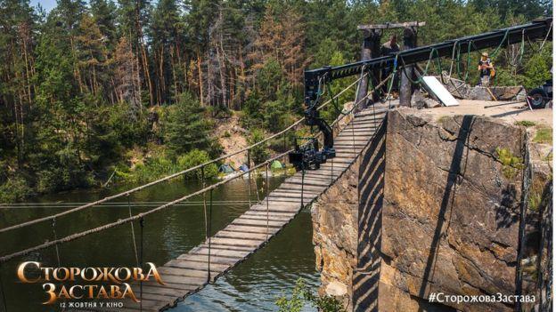 Для зйомок побудували підвісний міст довжиною 12 метрів, висота конструкції 10 метрів