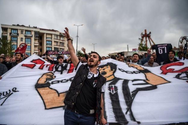 طرفداران تیم فوتبال بشیکتاش در مراسم روز جهانی کارگر در استانبول