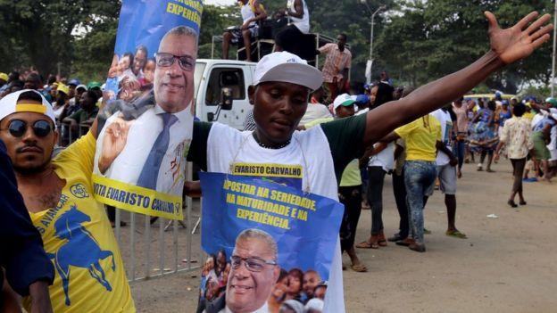 现任总统卡瓦留(Evaristo Carvalho)在2016年竞选活动时的照片。