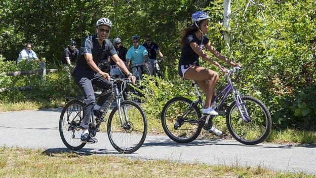 Presidente Obama en bicicleta con su hija.