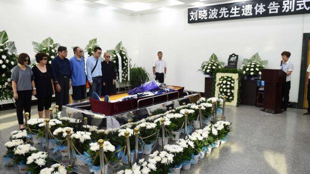 刘晓波的遗体旁放着鲜花