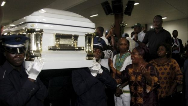 Fans react next to the coffin of Congolese musician Papa Wemba at the official ceremony held by the Ivorian government