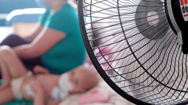 Un ventilador refresca a un paciente infantil en el HEP