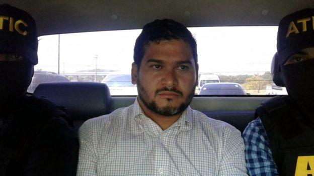 Roberto Castillo, custodiado por la policía.