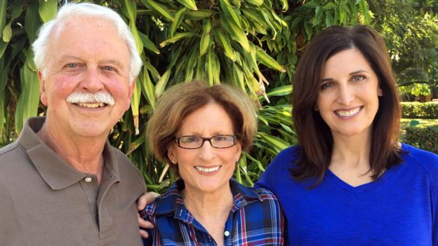 Judy Ingels (centro) con su marido Bill y su hija Cindy.